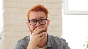 Reactie van Verlies, Mislukking, Unsatisfied Mens met Baard en Rode Haren, Portret stock videobeelden