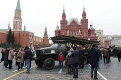 Reactief systeem van salvobrand bij de basis van de auto Studebaker bij de parade op Rood Vierkant in Moskou royalty-vrije stock foto