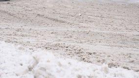 Reactivo en el camino del invierno, coches, MES lento, hielo del camino metrajes