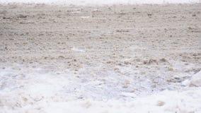 Reactivo en el camino del invierno, coches, MES lento, sustancias químicas del camino almacen de video
