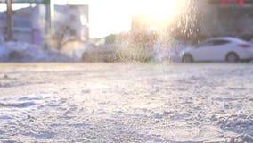 Reactivo técnico que cae en el hielo y la nieve de la congelación en el camino, MES lento almacen de video