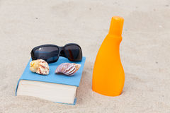 Read on the beach Royalty Free Stock Photos