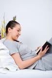 read łóżkowa książkowa rozochocona kobieta Obraz Royalty Free