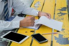 Readding бизнесмена Стоковая Фотография RF