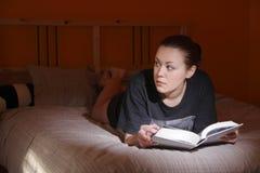 Readin dans la chambre à coucher photographie stock libre de droits