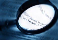 Readin vers le haut au sujet des emprunts et des finances image libre de droits