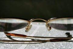 Readind un libro Imagen de archivo libre de regalías