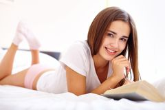 Reading in bed Royalty Free Stock Images