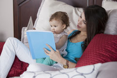 Reading a bedtime story Royalty Free Stock Images