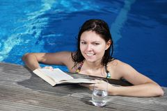 Reading a book Royalty Free Stock Photos