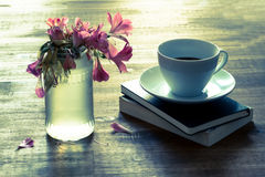 Reading  and drinking coffee Royalty Free Stock Photography