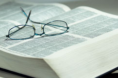 Reading eyeglasses on a dictionary Royalty Free Stock Photos