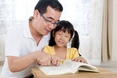 Reading. Father and daughter reading a book Royalty Free Stock Photos