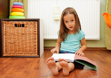 Reading girl Royalty Free Stock Photos