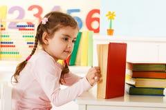 Reading girl Royalty Free Stock Photos