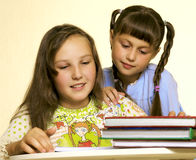 Reading girls 2 Royalty Free Stock Photography