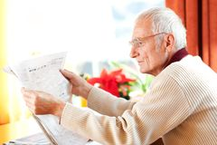 Reading newspaper Royalty Free Stock Photography