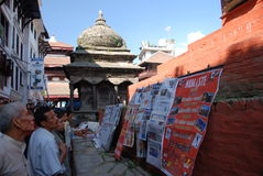 Reading the newspapers in Kathmandu Royalty Free Stock Photography