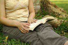 Reading at park Royalty Free Stock Photos