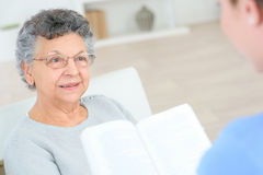 Reading to old lady Royalty Free Stock Photos