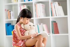 Reading to teddy bear Royalty Free Stock Images