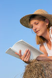 Reading woman Royalty Free Stock Image