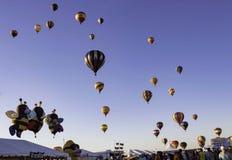 Readington, New-jersey /USA - 7/30/2017: [Festival de Ballooning; Balões de ar quente que aumentam, suportes de concessão, povos] Foto de Stock Royalty Free
