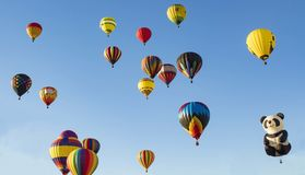 Readington, New-Jersey /USA - 7/30/2017: [Festival des Im Ballon aufsteigens; Heißluft-Ballone im Himmel] Lizenzfreie Stockfotos