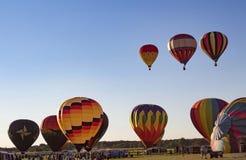 Readington ny - ärmlös tröja /USA - 7/30/2017: [Festival av ballongflygandet; Ballonger för varm luft startar stigning in i himle royaltyfria bilder