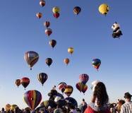 Readington ny - ärmlös tröja /USA - 7/30/2017: [Festival av ballongflygandet; Stiger drar varm luft ballonger, folkmassor, I E Ba Royaltyfria Foton