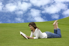 Readng in the park Royalty Free Stock Photography