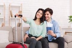 Ready för tur Älska par med pass och biljetter arkivbilder