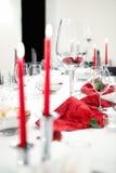 Ready lade restaurangtabellen som dekorerades med vinglaset, stearinljus Arkivbilder