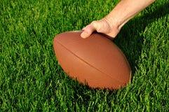 Ready per fare un'escursione il gioco del calcio su un campo da giuoco dell'erba Fotografia Stock
