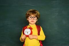 Ready per il banco Ritratto del ragazzo che è tardi a scuola Tempo di imparare concetto fotografia stock libera da diritti