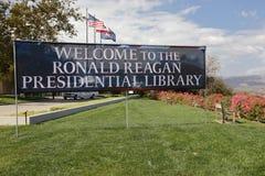 REAGAN-PRÄSIDENTENbibliothek, SIMI VALLEY, LA, CA - 16. September 2015, Willkommen zum Präsidentenbibliotheks-Zeichen mit US und  Stockfotografie