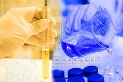 Reageerbuis en Beker in wetenschapperhand met materiaal en scienc Stock Afbeelding