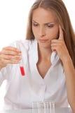 Reageerbuis met bloedmonster in artsenhand Stock Foto's