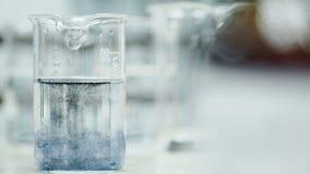 Reageerbuis met water en reagens in laboratorium stock footage