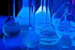 Reageerbuizen in blauw licht royalty-vrije stock foto