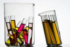 Reageerbuizen die met gekleurde vloeistoffen worden gevuld Royalty-vrije Stock Foto