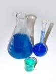 Reageerbuizen met blauwe vloeistof Stock Foto's