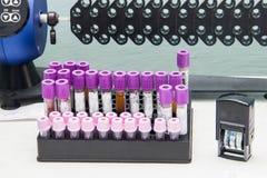 Reageerbuizen met bloed voor analyse stock fotografie