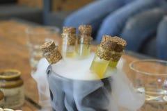 Reageerbuizen met geel water worden gevuld dat stock fotografie