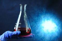 Reageerbuizen met kleurrijke vloeistoffen Stock Foto