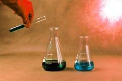 Reageerbuizen met kleurrijke vloeistoffen Royalty-vrije Stock Fotografie
