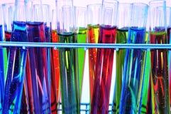 Reageerbuizen met vloeistoffen van verschillende kleuren stock fotografie