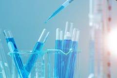 Reageerbuizenclose-up, het onderzoek van het wetenschapslaboratorium en ontwikkelingsconcept royalty-vrije stock afbeeldingen