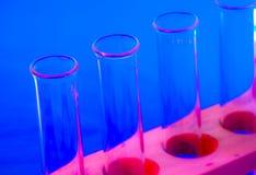 Reagenzgläser in Rotem und in Blauem. Lizenzfreie Stockfotografie