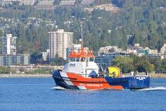 Reagera till en maritim oljeutsläpp Arkivbilder